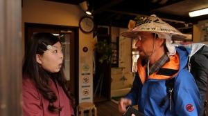 「北海道から?歩いて?」と驚く女性