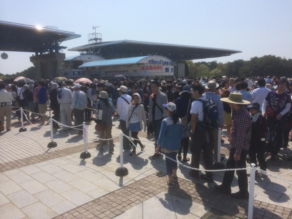 西口ゲート入場券売り場の行列(2014年4月27日朝9時40分)